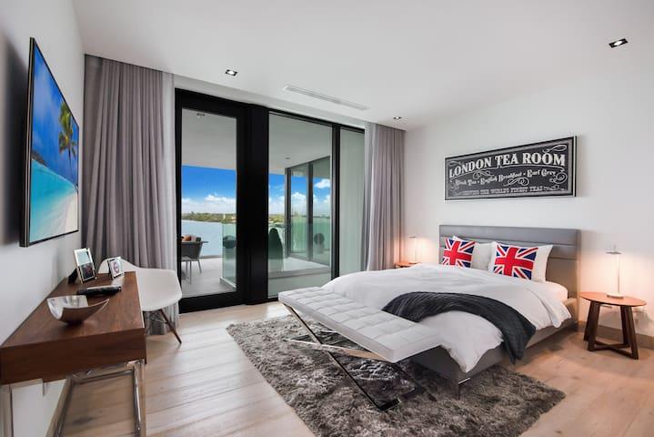 London bedroom - queen bed - 2nd floor - bay view