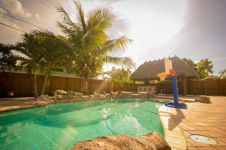 The Getaway - Pool and outdoor entertainment