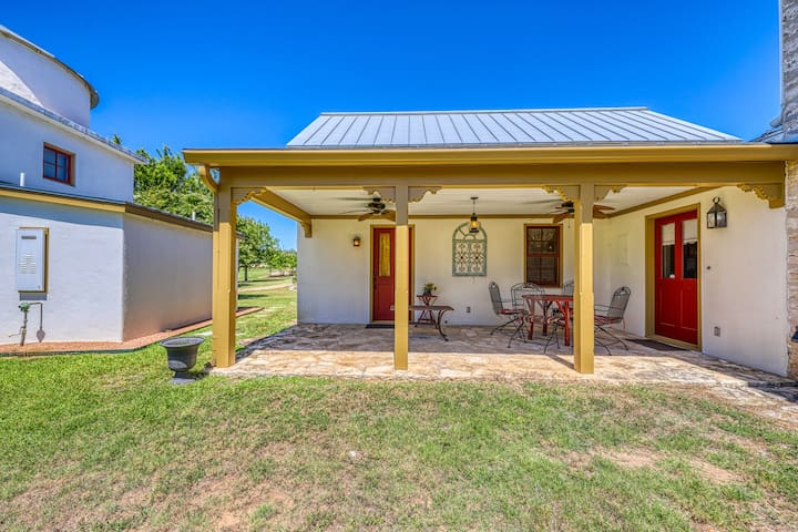 Romantic Hill Country home w/ lovely porch & clawfoot tub - 2 dogs OK!