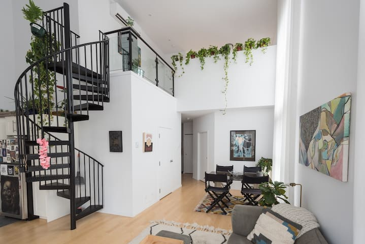 2 Storey Luxury Loft in Heart of Little Italy