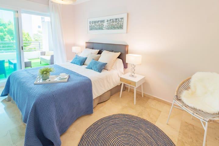 Master bedroom with ensuite bathroom. 150 x 200 cm queen size bed.