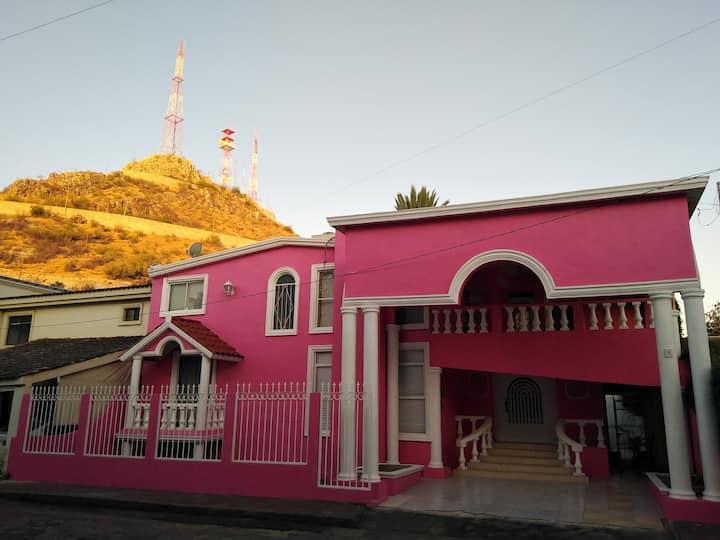 La Casa Rosa Downtown Room-Habitación con terraza.