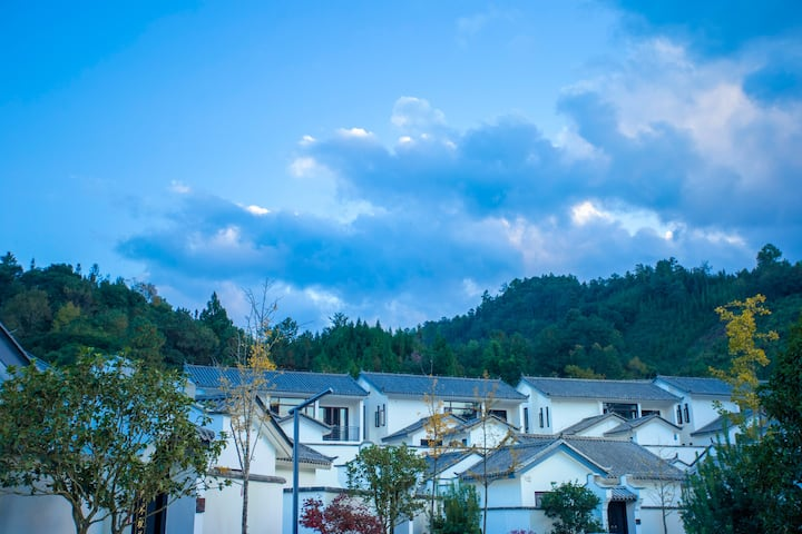 🌺山谷里的温泉美宿/两栋别墅联通/带院子/共四个房间,每房私密泡池/免费接送机/恒温泳池🌟