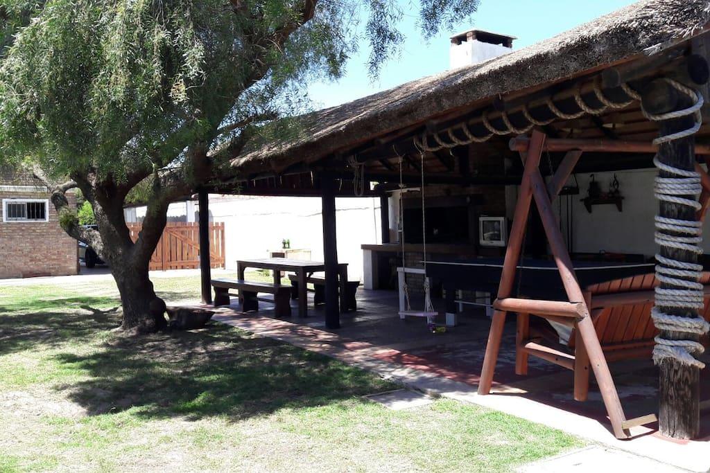 Barbacoa techada con TV Cable, Mesa de Ping Pong y Pool