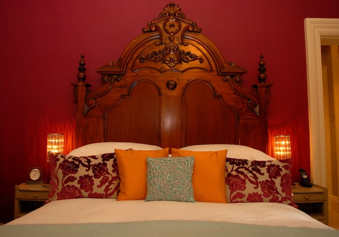 With its magnificent carved mahogany kingsize bed, the Sydney suite is bold and dramatic.