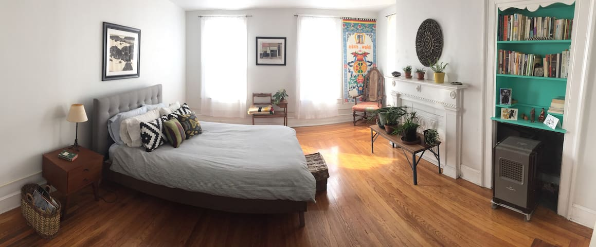 Sunny suite a block from Warren St - Hudson - Apartmen