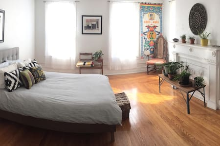 Sunny suite a block from Warren St - Hudson - Appartement