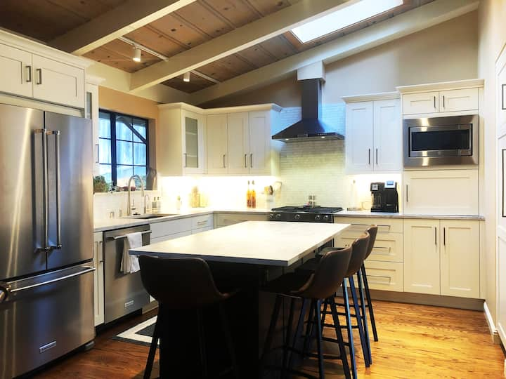 Sunny Gorgeous 3-Bed Home in Redwoods Near Town!*
