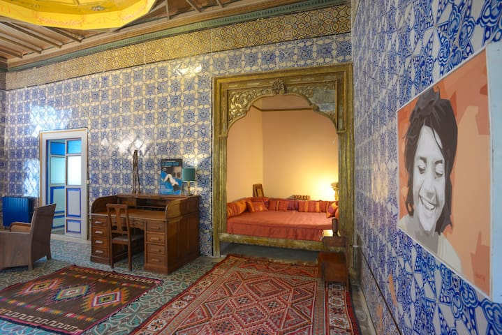 Queen bed in the traditionnal alcôve and the desk. by S.Jabeur
