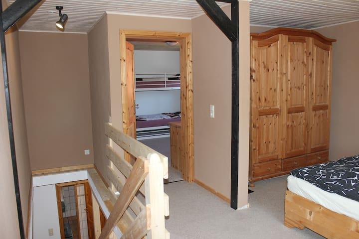 Schlafzimmer und Kinderschlafzimmer oben