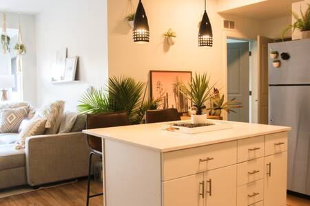 Stylish and CLEAN 1bd retreat/workspace fast WIFI!