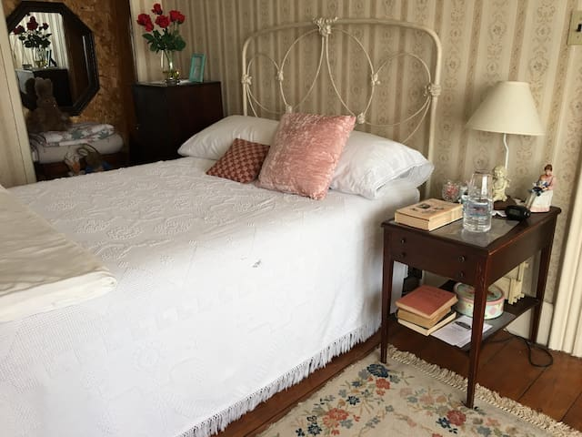 Tina's Room - Full Bed in Historic Antique Inn