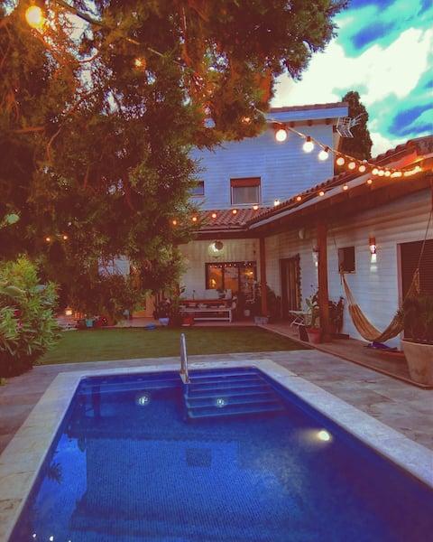 Ibizanco-tyylinen huvila, jossa on uima-allas ja grilli