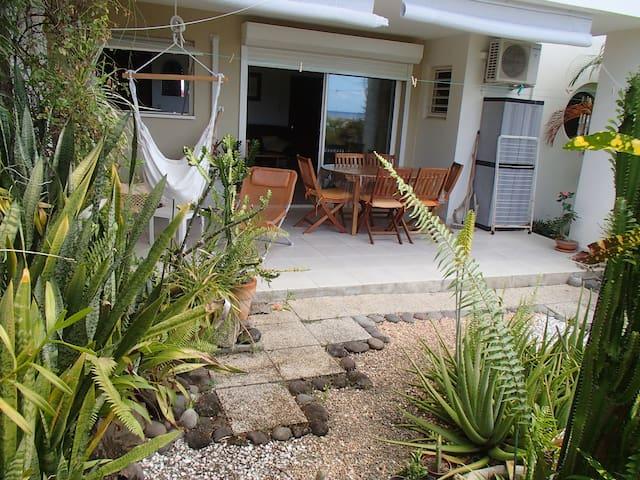 Studio avec terrasse et jardin , vue mer . - Le Carbet - Apartment