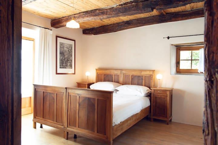 la camera da letto ottocentesca in noce