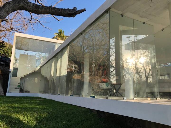 Casa estilo minimalista con acceso a campo de golf