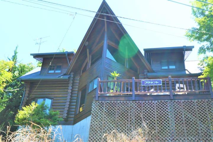 伊豆南箱根のアメリカ人熟練大工が造った超大型ログハウス 澄んだ晴天時には富士山望む!カラオケ有り♪