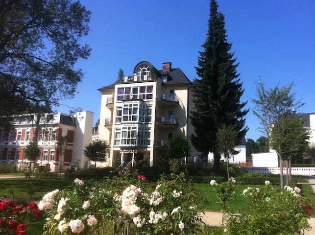 82 qm Ferienwohnung direkt am Rosengarten 5 Sterne - Bad Elster - Appartement