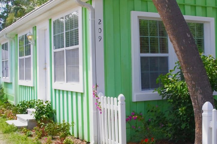 Kissing Palms Beach House, quaint cottage living! - Panama City Beach - Dom