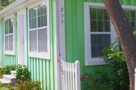 Kissing Palms Beach House, quaint cottage living! - Panama City Beach - Hus