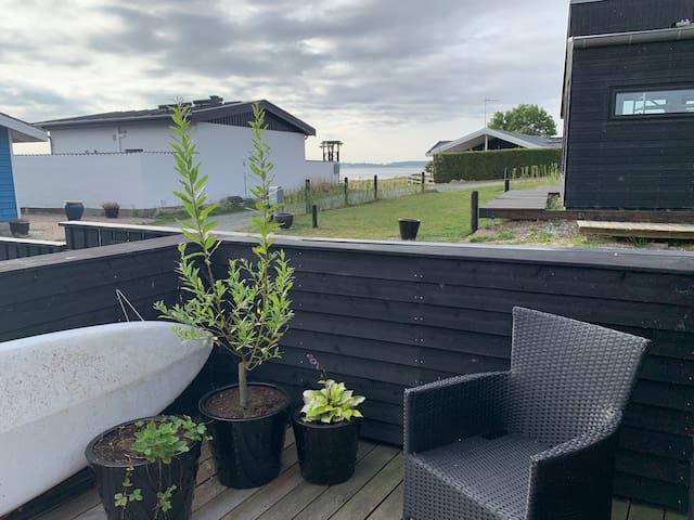 Hyggeligt sommerhus tæt ved vandkanten