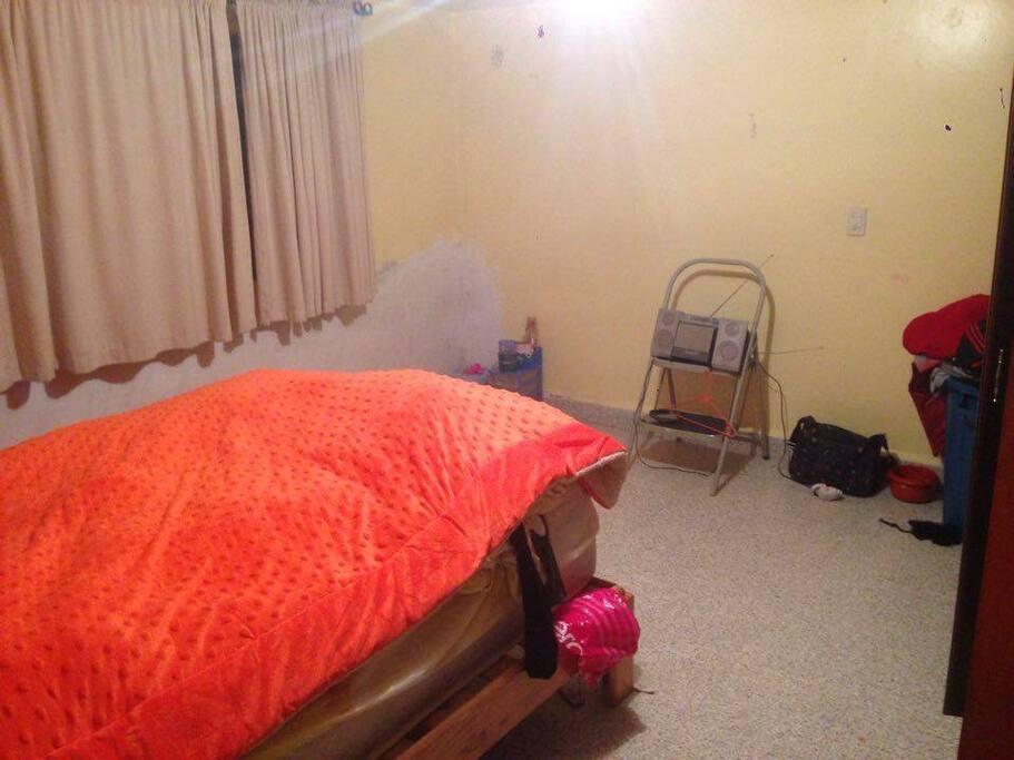 Un cuarto con una cama matrimonial