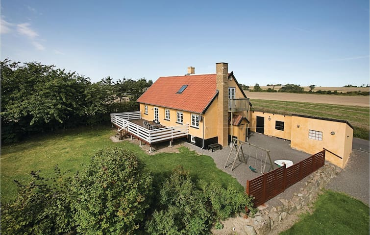 Holiday cottage with 3 bedrooms on 118m² in Klemensker