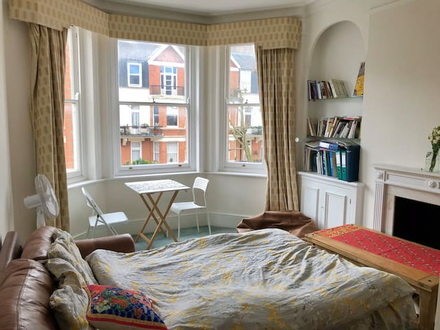Lovely room in sunny apartment near Notting Hill