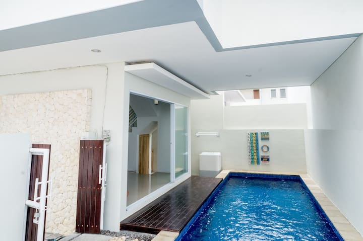 Mooels home, secure neighborhood with private pool