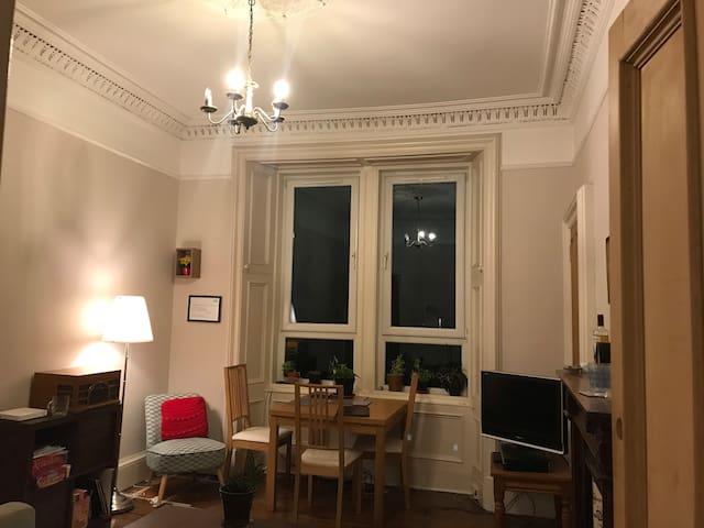 Room in a homely Edinburgh tenement flat