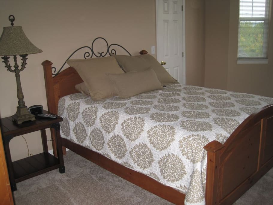 Bedroom w/Queen Bed