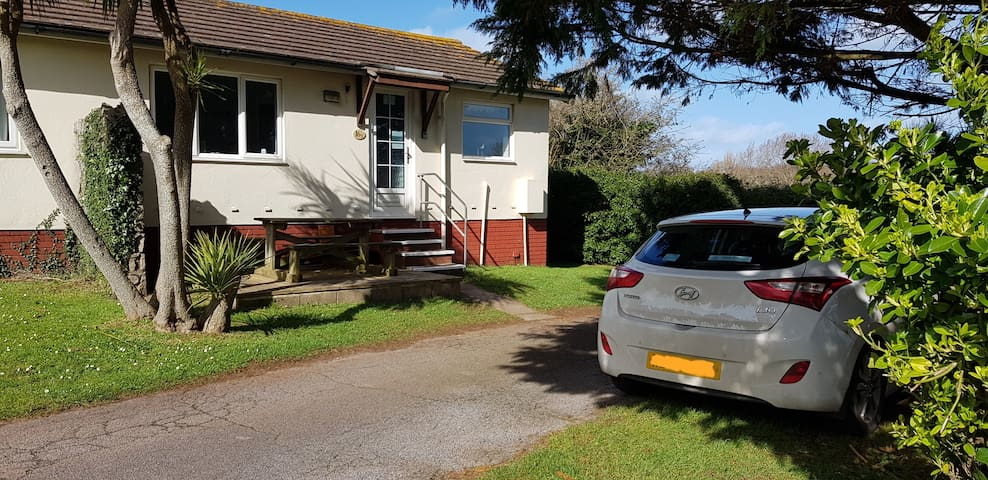 Cosy coast path bungalow Brixham