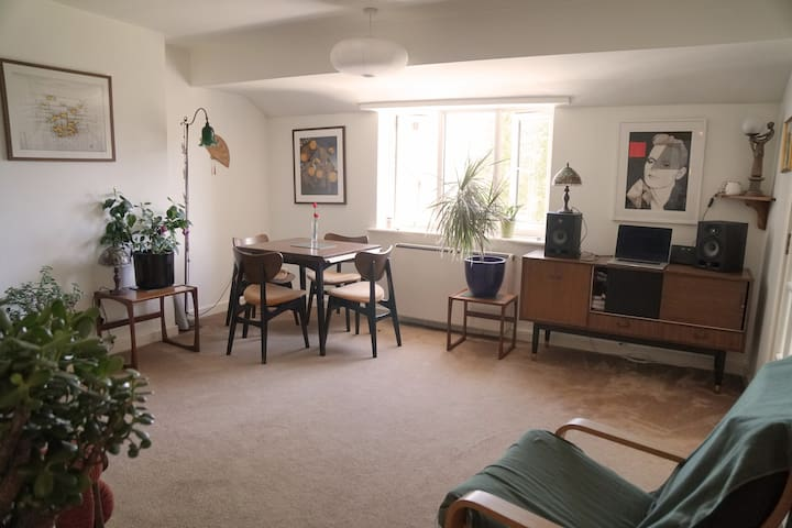 Quiet apartment in the heart of Moseley Village