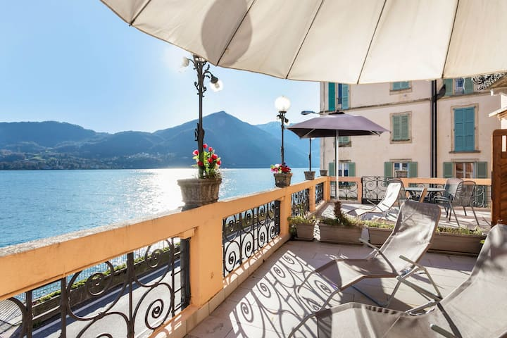 Bright apartment with a wonderful view from the terrace and free WiFi!