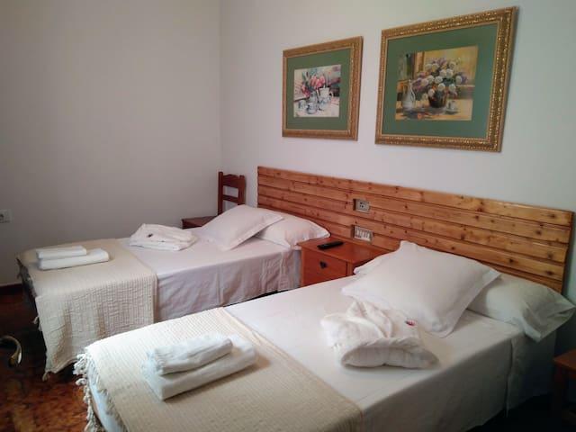 Dormitorio 2 camas con TV, Ventilador en techo, ventana con doble cristal y mosquitera