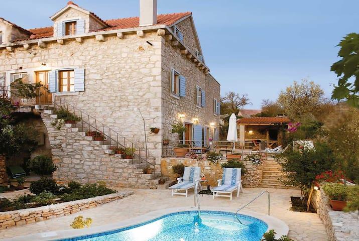 3 bedroom Villa sleeps 6 in Milna