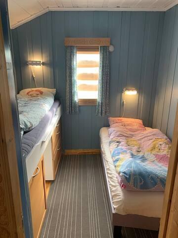 Soverom 1. Høysenga 80 x 200 cm. Lav seng 90 x 180 cm.