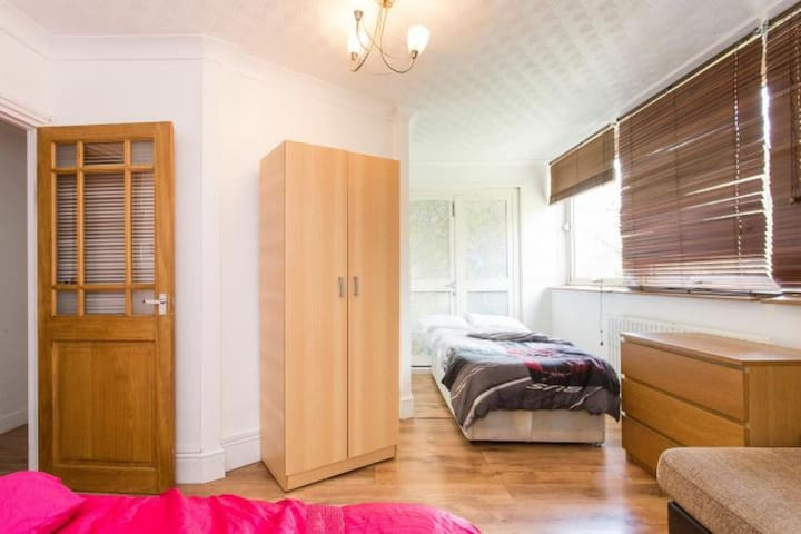Room with 3 beds, in flat zone 2. 3 min to tube.