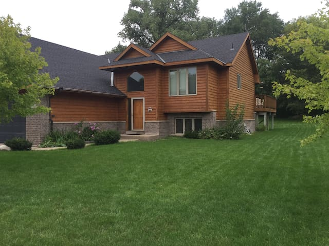 Quiet living in SW Suburbs - Chaska - House