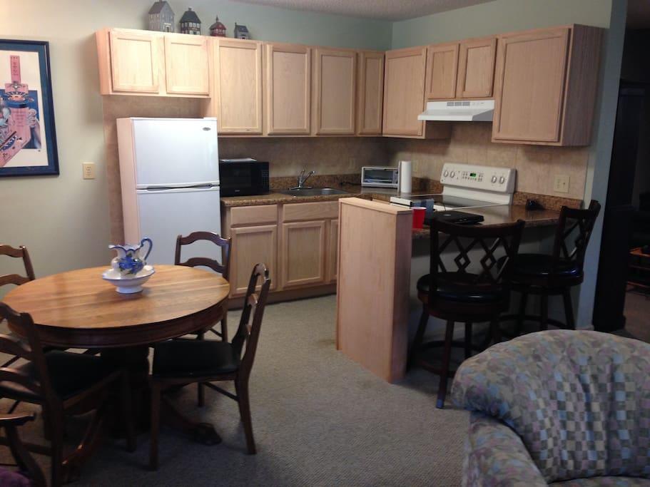 Kitchen w/2 chair dining/serving bar