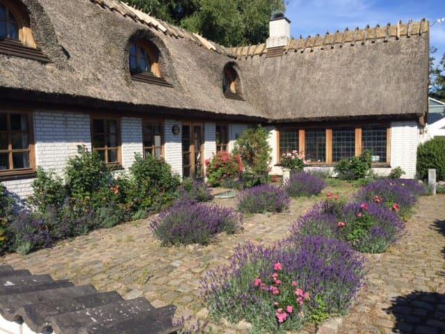 Idylisk bondehus med park, plantage og pool - Hillerød - Casa