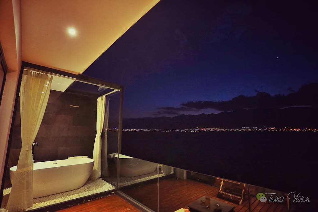 Bathtub on the Balcony which can have great lake view 阳台上的海景浴缸