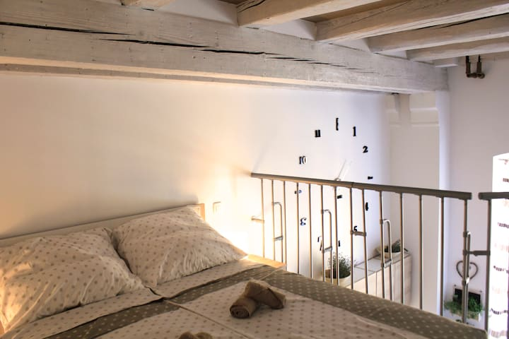 Aromatic getaway loft - new, central & parking