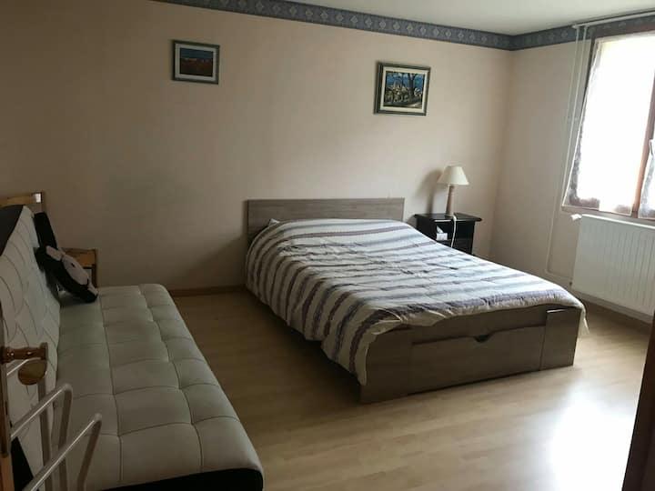 Grande chambre dans maison secteur calme