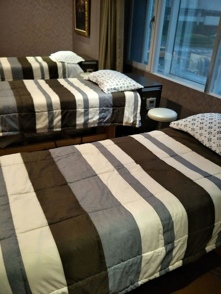 3 張按摩床 + 3 簡易床墊舖於地上