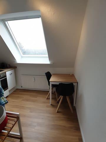 Blick in die Küche mit kleinem Tisch und 2 Stühlen