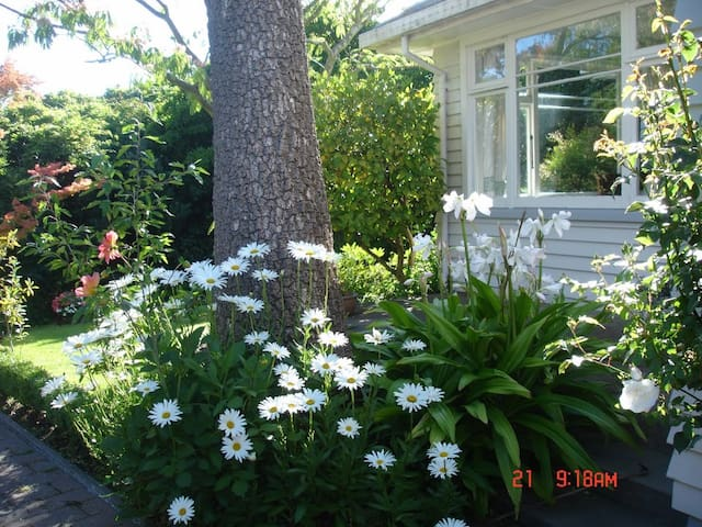 Beauty on Brookside- 10 Minutes drive from Airport - Houses for Rent ...