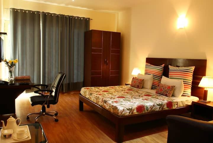 Serviced Room w balcony near Mega Mall, Golf Cr Rd