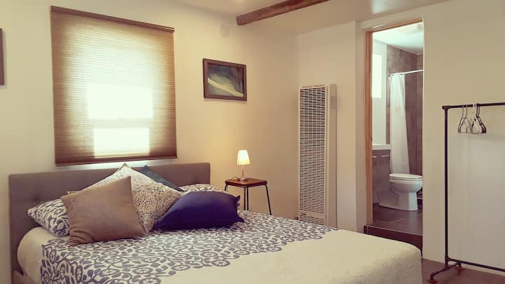 ★Bright GUEST SUITE. PRIVATE ENTRANCE. Adobe House
