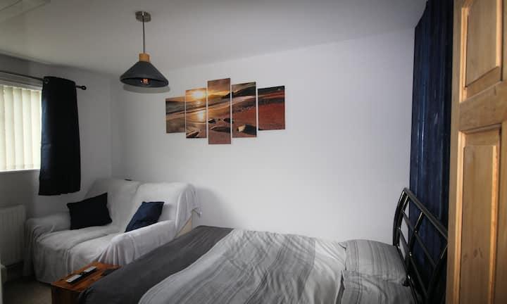 Ground floor double room - en-suite inc oven & hob